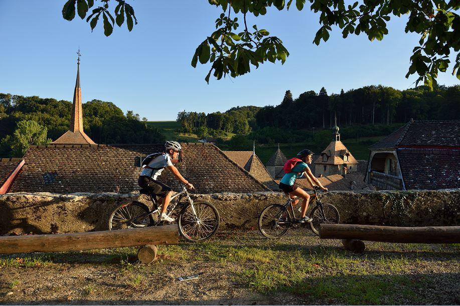 YlBR Romainmotier Cyclistes Abbatiale © Claude Jac